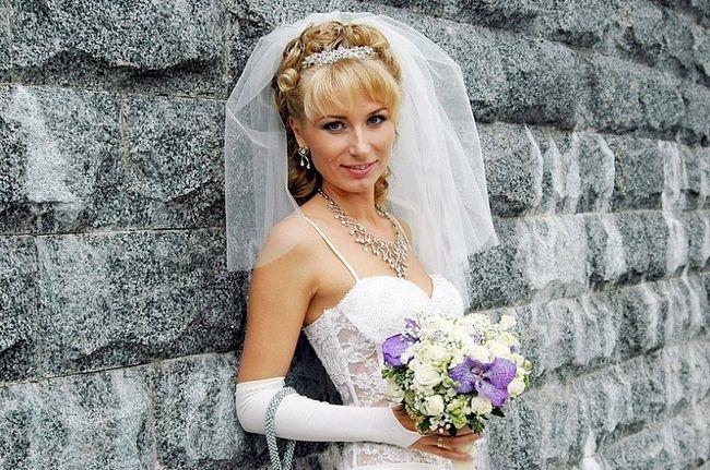 Цікаві весільні зачіски на середній волосся з чубчиком