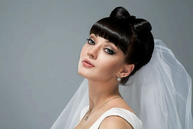 Вишукані весільні зачіски на довге волосся з чубчиком