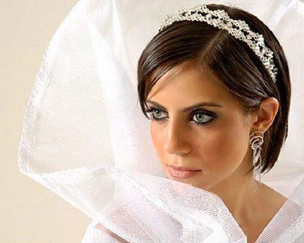 Елегантні весільні зачіски на коротке волосся з фатою