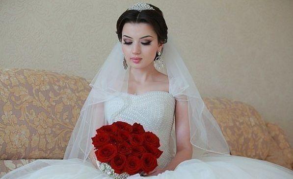 Королівські весільні зачіски з діадемою і фатою