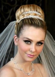 весільна зачіска з фатою на довге волосся