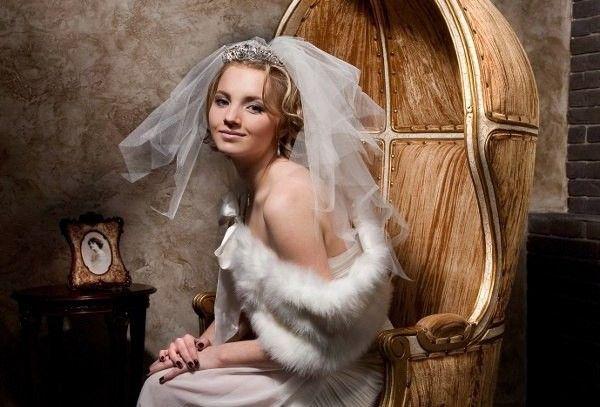 Шикарні весільні зачіски на середні волосся з фатою